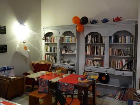 La Bonne Raison  - L'intérieur du restaurant avec la bibliothèque -   © François Janssens