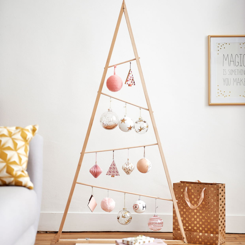 un sapin de no l triangulaire. Black Bedroom Furniture Sets. Home Design Ideas