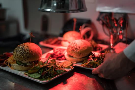 Plat : Healthy Café  - Burger et frites maison -   © Théo cheval