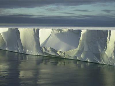 cette énrome structure n'est autre qu'un 'ice-shelf' dérivant dans la mer de