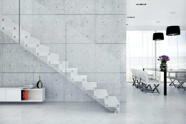 Des marches fixées aux murs