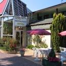 Hôtel -Restaurant  des Deux Sapins en vallée d 'eure  - terrasse avec entrée de l hôtel -
