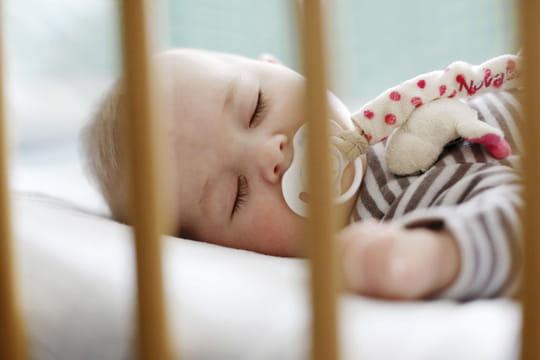 Mortalité infantile : faire dormir son bébé dans une boîte en carton, une bonne idée ?