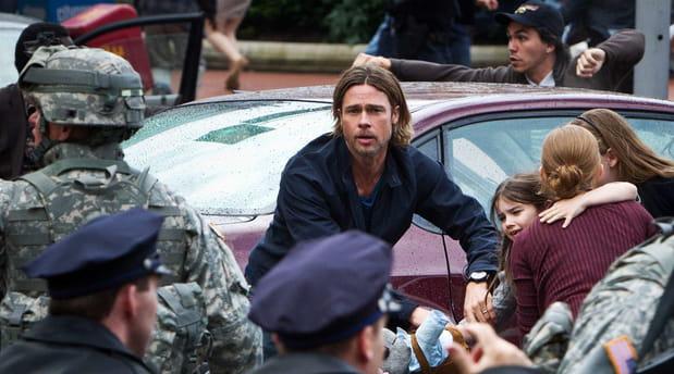 Brad Pitt sauve une figurante des zombies