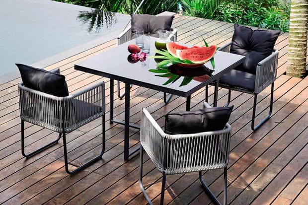 un salon de jardin au carr. Black Bedroom Furniture Sets. Home Design Ideas