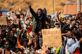 Lesbos: les autorités installent des tentes pour transférer les milliers de migrants sans abri