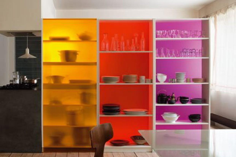 une cloison avec des tag res. Black Bedroom Furniture Sets. Home Design Ideas