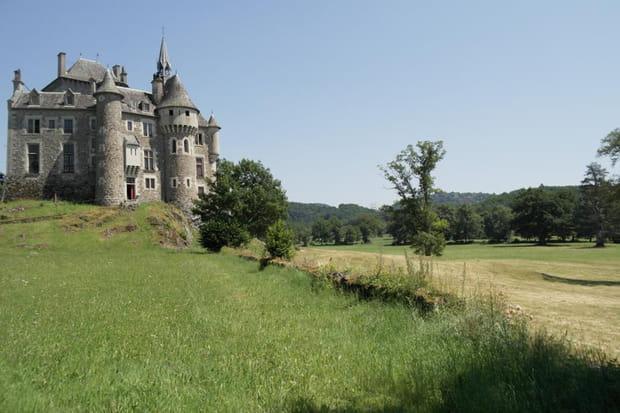 Un château et son donjon dans le Cantal