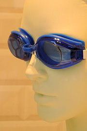 posez les lunettes sur vos yeux sans serrer l'élastique : il doit se produire un
