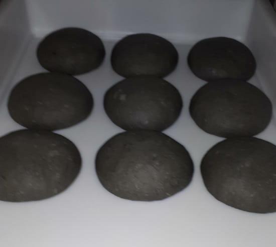 Plat : Pizza Storia  - Pâte au charbon vegetal et curry black -   © Pasta nera