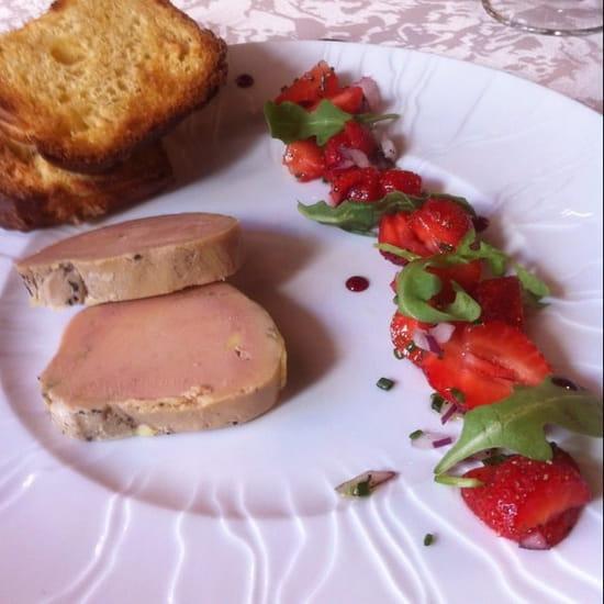 Entrée : La Toque des Coevrons  - Foie gras, fraises, échalote, roquette et sa brioche toastée -