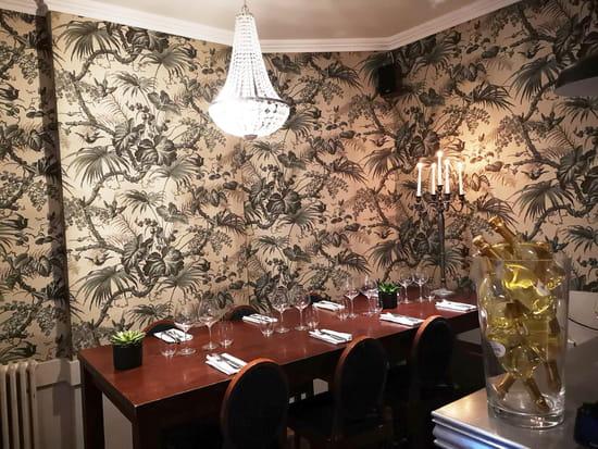 Restaurant : Le P'tit Louis  - La table des Copains. Très prisée. -   © Marand Nicolas