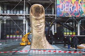 Centre Pompidou: le Pouce de César érigé sur les pavés du Beaubourg
