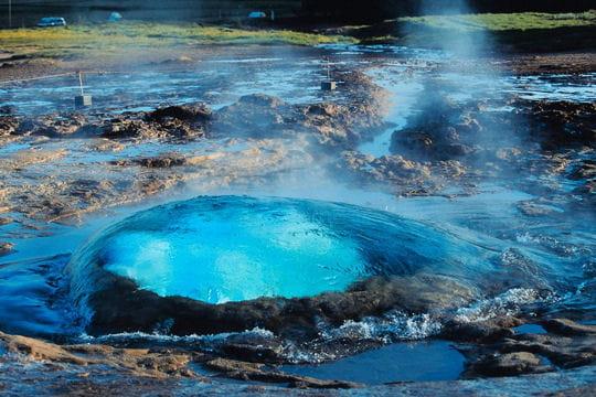 Geyser islandais aux couleurs irréelles