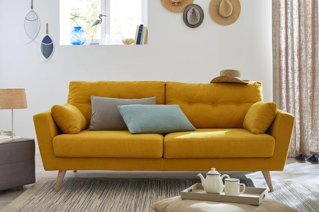Un canapé convertible jaune scandinave