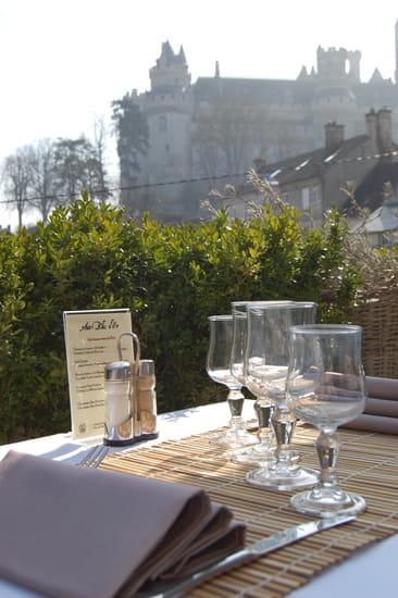 Aux Blés d'Or  - Terrasse du restaurant vue sur le chateau de Pierrefonds -   © Auxblesdor