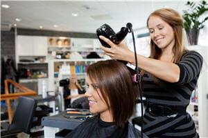 Se faire coiffer à moindre frais par un apprenti-coiffeur