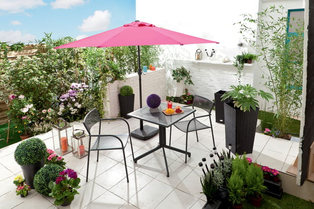 un parasol droit pour la terrasse. Black Bedroom Furniture Sets. Home Design Ideas