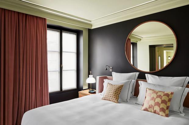 un miroir au dessus du lit. Black Bedroom Furniture Sets. Home Design Ideas