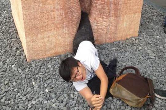 Un étudiant reste coincé dans unvagin géant