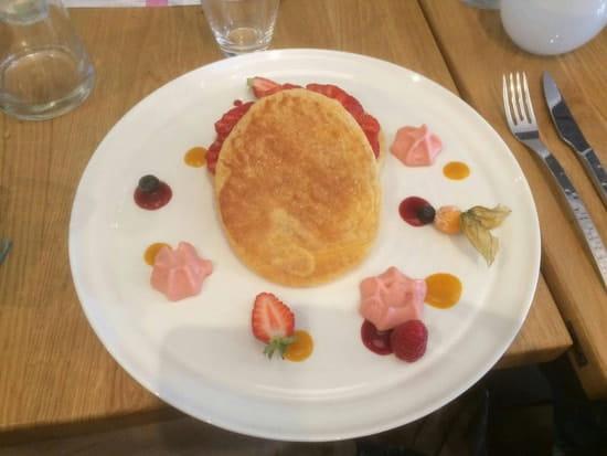 Dessert : O'Délice  - Soufflé avec fraises de la région.  A l intérieur mousse de fraises -