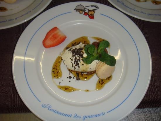 Restaurant des Gourmets  - Crèmeux de chocolat blanc truffé, caramel de truffe et macaron vanille -   © Denis