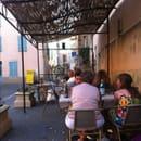 Restaurant : La Table en Provence  - Une partie de la terrasse face a la basilique et l'hôtel de ville  -