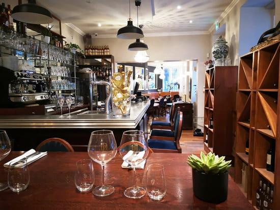 Restaurant : Le P'tit Louis  - Le bar en zinc et la salle du bas. -   © Marand Nicolas