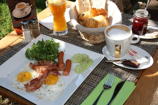 Palm Café  - brunch avec oeufs au plat, bacon, saucisses, fromage -   © palm cafe