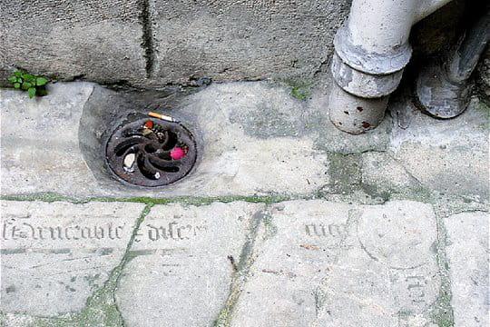 Les tombes effacées de la rue Chanoinesse