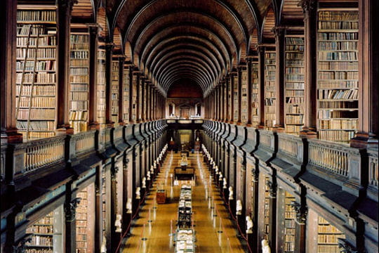 "La ""long room"" du Trinity College à Dublin"