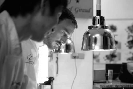 La Table Lionel GIRAUD  - Le Chef Lionel Giraud durant un service -   © La Table Saint Crescent
