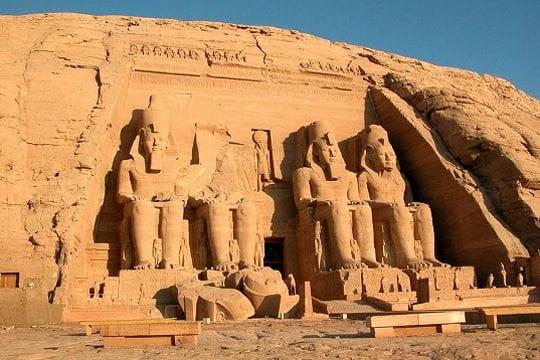 Aux portes du temple de Ramsès II