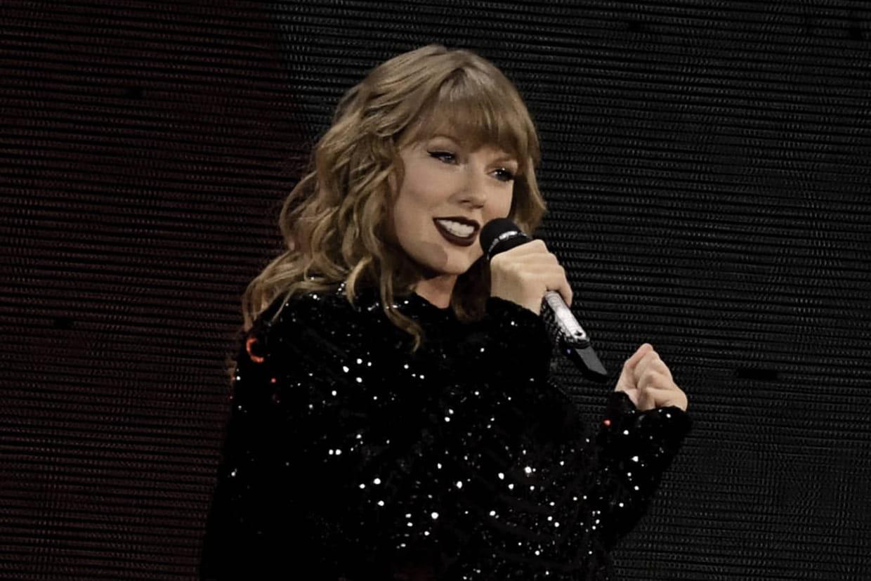 """Taylor Swift et """"folklore"""" : la chanteuse offre son cardigan à la"""
