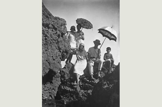 Famille dans les rochers du Pays Basque
