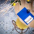 Restaurant : Casa Leya  - Table centrale et son grand citronnier -   © Casa Leya