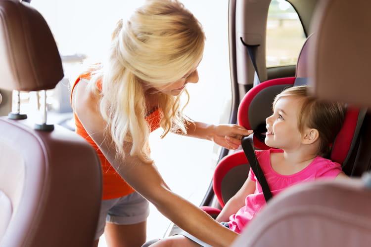 l'enfant en voiture : quel âge pour un rehausseur ou un siège auto ?