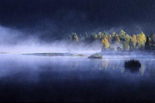 Aube sur un lac tourbeux