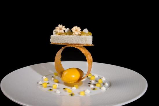 Dessert : La Côte Saint Jacques & Spa *****  - Bavarois coco, crème légère au jasmin et fruits exotiques en équilibre -   © @LaCôteSaintJacques&Spa*****