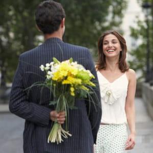 un bouquet de fleurs simple et fragiles suffit pour un premier rendez-vous.