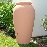 une simple cuve raccordée aux gouttières permet de récupérer l'eau de pluie.