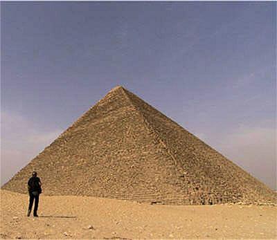 jean-pierre houdindevant la pyramide de khéops.