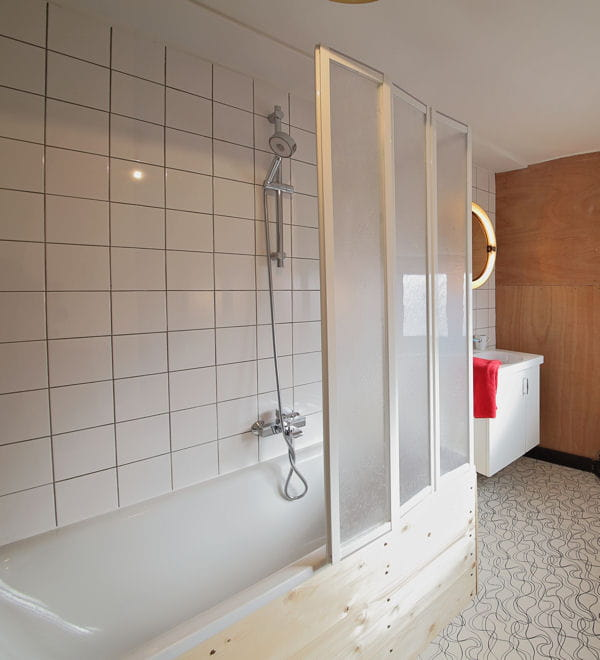 installez un cran de baignoire. Black Bedroom Furniture Sets. Home Design Ideas