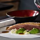 Plat : Sixty-two  - LE CANARD. La poitrine aux épices rôtie sur l'os, compotée d'oignons, cresson de fontaine... -   © Franck Sonnet