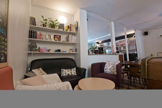 Restaurant : Bam Bam Café  - Espace cosy et lecture -   © Antoine Sicot
