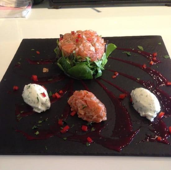 Restaurant : Terre et Mer  - Tartare de saumon frais , quenelles que crème fouettée a l'aneth  -