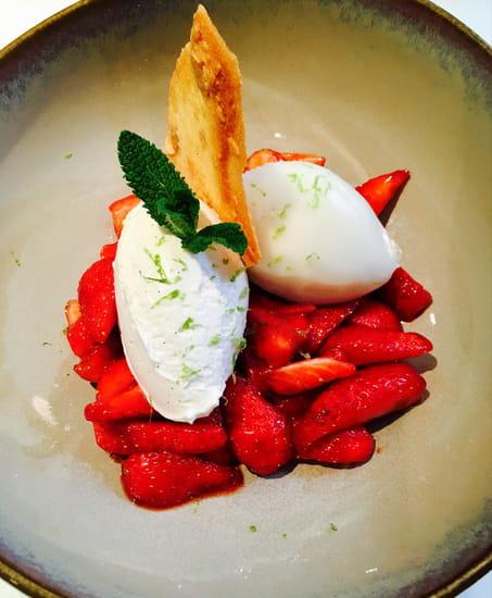 Dessert : Le 122  - Premières fraises gariguettes, balsamique, crème fouettée vaille, sorbet citron -   © le122