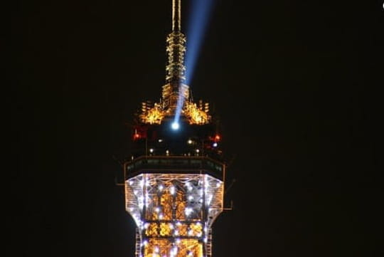 Tour Eiffel: son phare brille à nouveau!