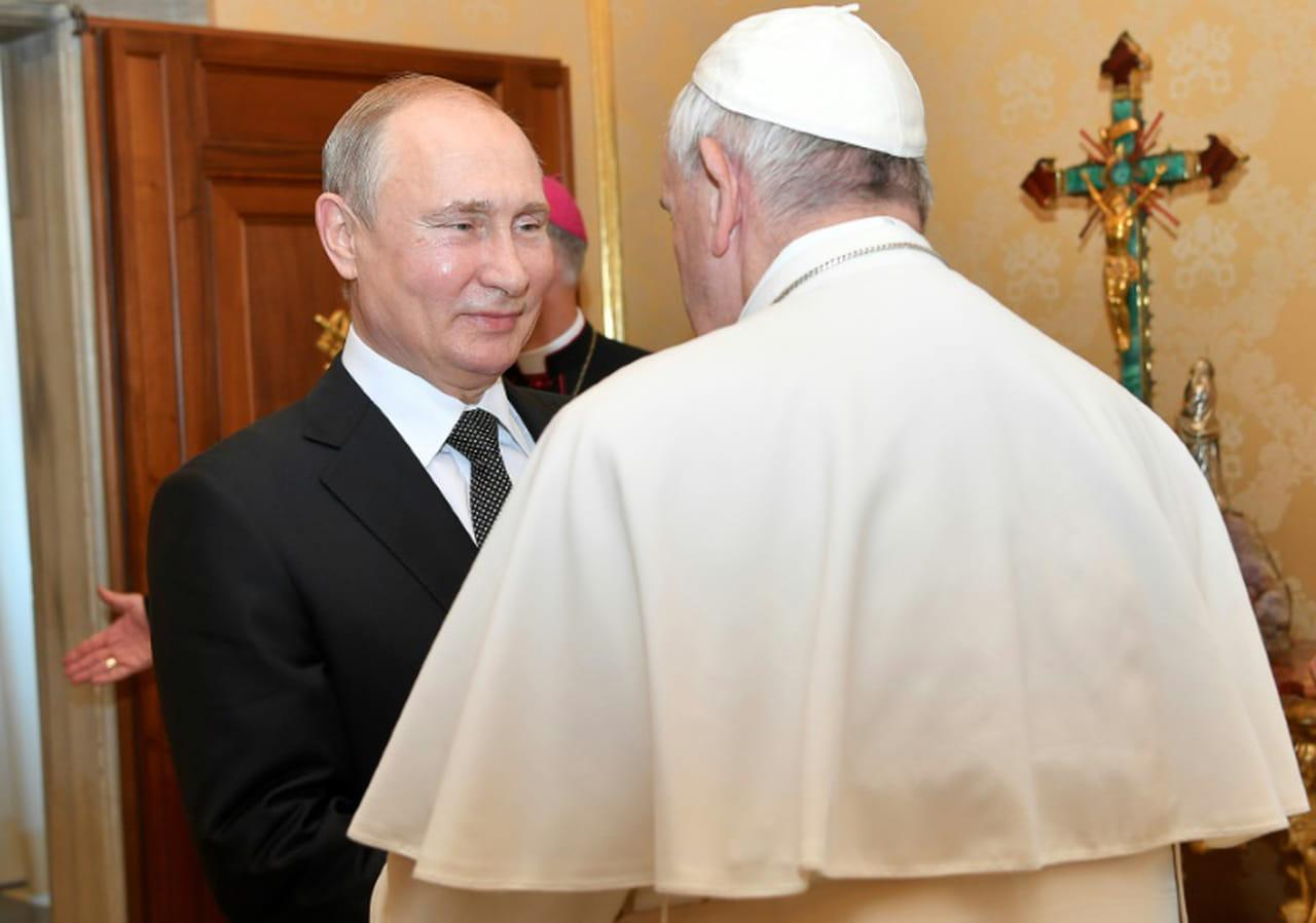 Long entretien de Poutine avec le pape en ouverture d'une visite éclair à Rome