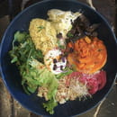 Plat : Koon  - Bowl : Houmous aux herbes, butternut rôtie, pickles, fondue de poireaux, semoule -   © KOON